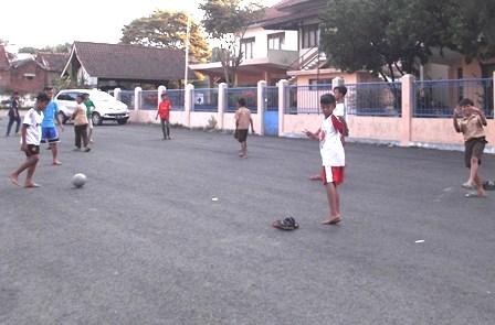 Memanfaatkan Areal Depan Perkantoran Untuk Bermain Sepakbola Sore hari.