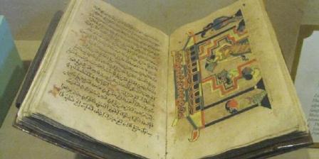 Naskah kuno berisi ajaran Islam koleksi Museum Sonobudoyo. Teks itu unik karena disertai ilustrasi sementara seni rupa saat itu masih sangat tabu dalam islam. (Monika Novena).
