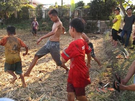 Ilustrasi. Bermain Sepakbola Pada Areal Persawahan.