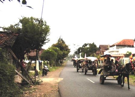 Penduduk Garut Utara Bertpawai Dengan Kendaraan Jenis Delman Sambut Kedatangan Puasa Ramadlan.
