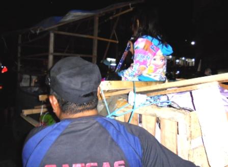 Seorang PKL Bersama Anaknya Mendorong Roda Bekas Berjualan.