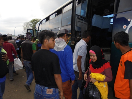 Para Penumpang Turun di Terminal Guntur, garut, Sabtu (02/06-2016).