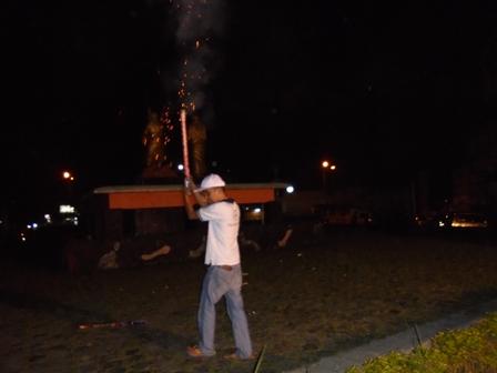 Membakar Mercon Di Bundaran Simpang Lima.