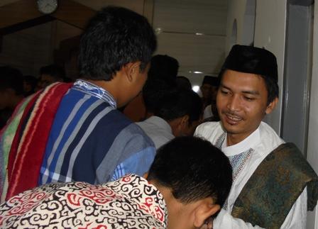 Bersalaman Saling Memaafkan Seusai Menunaikan Shalat Idul Fitri.