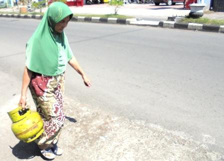 Di Pinggiran Kota Garut, Juga Seorang Ibu Masih Mencari Gas Elfiji Tiga Kilogram, Meski Dengan Kisaran Harga Rp25 Ribu Bahkan Lebih.