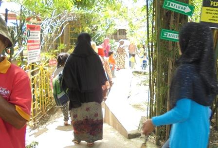 Para Pengunjung Taman Satwa Cikembulan Juga Mendatangi Arena Bermain Ana-anak dan Rehat Keluarga.