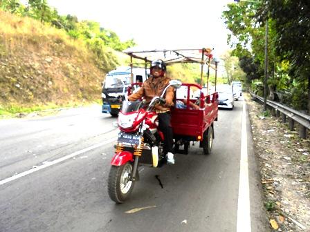Dadang Bersama Keluarga Nikmati Mudik Lebaran Meski Bersepeda Motor Roda Tiga.
