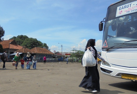 Calon Penumpang Bergegas Memburu Bus yang hendak Dinaikinya, Senin (11/07-2017).