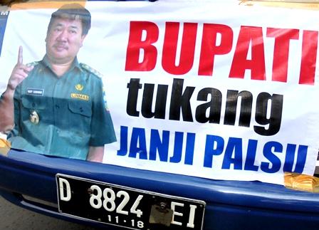 AMPG Mengusung ragam Poster Kecamatan Terhadap Bupati Rudy Gunawan.
