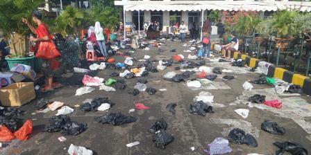 Sampah plastik berserakan di halaman Masjid Istiqlal setelah shalat Id, Rabu (6/7/2016).  Kompas.com/David Oliver Purba.
