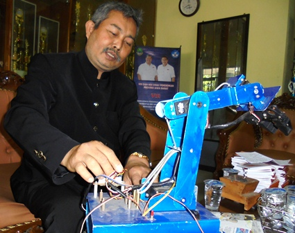 H. Gusti Gunawan Bersama Robotic Produk Rekayasa SMKN 2 Garut.