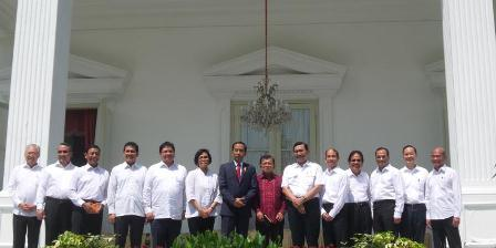 Presiden Joko Widodo dan Wakil Presiden Jusuf Kalla berfoto bersama calon menteri yang akan dilantik di Istana Negara, Rabu (27/7/2016).  Fabian Januarius Kuwado