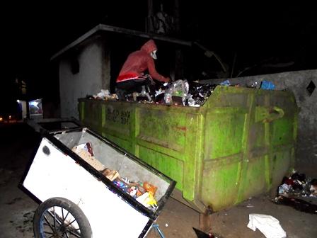 Pemulung Mengais maupun Memilah dan Memilih Jenis Sampah.