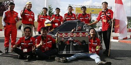 Kendaraan bertenaga listrik karya mahasiswa Universitas Pendidikan Indonesia, Bandung, menjuarai ajang balap mobil hemat energi Shell Eco Marathon Drivers World Championship, di Inggris, pekan lalu. Anggota tim tampak berpose bersama mobil karya mereka di lintasan lomba. (Rini Kustiasih).