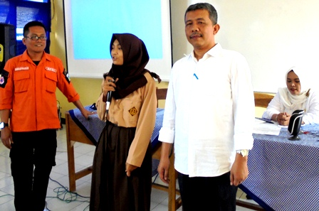 Kepala SMKN 9 Garut, H. Supriyanto, S.Pd, MM Dampingi Aparat BPBD Memandu Murid Presentasikan Upaya Penanggulangan Bencana Pada Kegiatan MPLS, Rabu (20/07-2016).