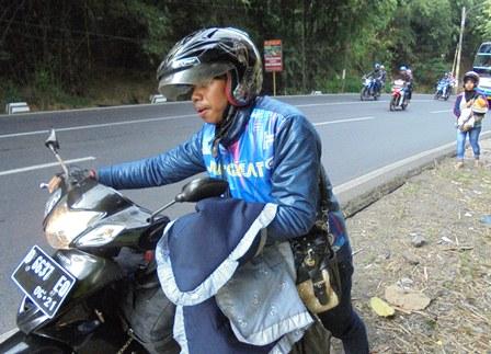 Bersusah Payah Dorong Sepeda Motor Mogok, Sedangkan Istri Menggendong Anak Balita Tertatih-tatih Menyusul dari Belakang di Lebak Jero.