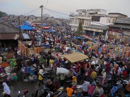 Suasana Transaksi Jual Beli Pada Serhari Jelang Lebaran Idul Fitri 1437 H/2016 Ini.