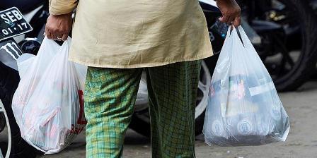 Ilustrasi belanja memakai kantong plastik. (  KOMPAS/HERU SRI KUMORO ).