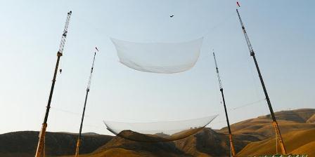 Inilah detik-detik Luke Aikins mendarat di jaring pengaman berukuran 30 X 30 meter yang dibentangkan di sebuah titik di Lembah Simi, California, AS. (MARK DAVIS / GETTY IMAGES NORTH AMERICA / AFP).