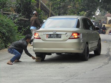 Tanjakan Curam di Patrol Desa/Kecamatan Ibu Kab. Bandung, Masih Membahayakan Pengguna Jalur Alternatif.