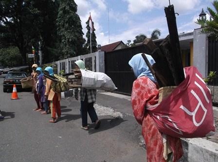 Ilustrasi. Kalangan Ibu Pengais Kayu Bakar Lintasi Rumah Dinas Wakil Bupati Garut.