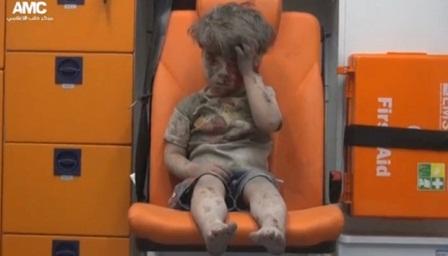 Foto yang diambil dari potongan video yang dirilis oleh aktivis anti-pemerintah Suriah Aleppo Media Center (AMC), menunjukkan seorang bocah duduk di dalam mobil ambulance usai diselamatkan dari rerentuhan gedung di Aleppo, Suriah, 17, 2016. Bocah berumur lima tahun tersebut, Omran Daqneesh berhasil selamat dari runtuhan gedung yang hancur akibat serangan udara dari pesawat jet. REUTERS.