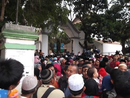 """Sekitar 444 calhaj asal Garut pada """"kelompok terbang"""" (kloter) tiga tingkat Provinsi Jawa Barat di Gedung Pendopo Kabupaten, Jum'at (21/08-2015)."""