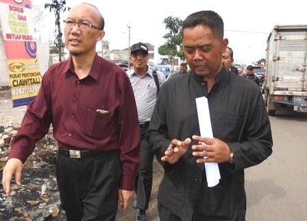 Akhmad Wahyudin Presentasikan Penyebab Ketika harga Gula Pasir Mahal, Kepada Ketua Komisi II DPRD Provinsi Jawa Barat, Ir Ridho Budiman Utama. ( Kamis, 09/06 – 2016 ).