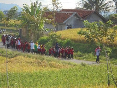 Murid SDN Sukajaya Garut, Kamis (18/08-2016), Gerak Jalan Semarakan HUT Kemerdekaan RI.