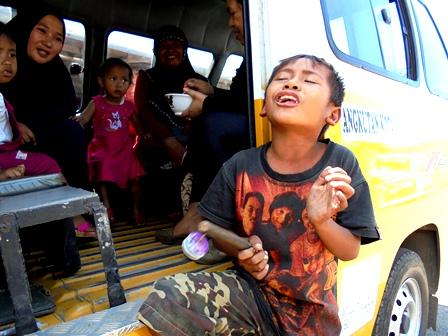 Anak Jalanan Garut Tetap Mengamen, Bersamaan Diselenggarakannya Peringatan HAN, Selasa (23/08-2016).