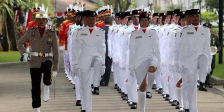 Anggota Paskibraka Tim Arjuna bersiap untuk mengibarkan bendera dalam upacara peringatan detik-detik proklamasi di Istana Merdeka, Jakarta Pusat, Rabu (17/8/2016). Warta Kota/Alex Suban.