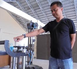 Memeriksa Piranti Laboratorium Tekanan Gandar Konstruksi Hotmix.