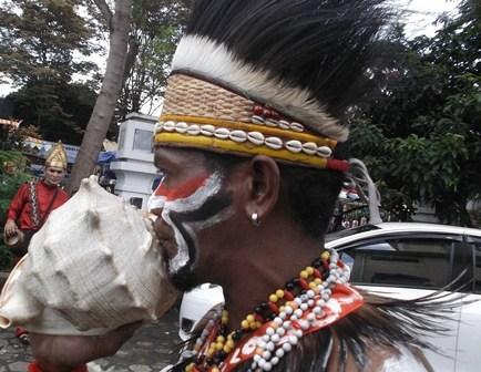 """Kerang Raksasa"" Juga Berfungsi Sebagai Piranti Komunikasi Masyarakat Adat Papua, Disaksikan Penari Asal Aceh Maupun Provinsi Paling Barat Indonesia."