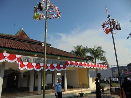Atraksi Panjat Pinang di Dalam Lapas Garut.