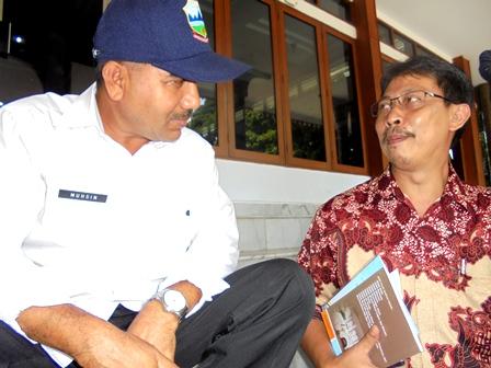 Rudy Arifin Berdialog Dengan Kepala Seksi Penagihan DPPKA Kab. Garut, Muhsin.