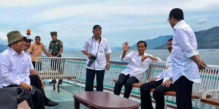 Presiden Joko Widodo (Jokowi) dan sejumlah menteri saat di atas kapal menuju Pulau Samosir, di tengah Danau Toba, Minggu (21/8/2016). BIRO PERS SETPRES.