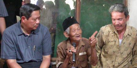 Calon Presiden Susilo Bambang Yudhoyono mendatangi rumah Pak Mayar (tengah), buruh tani di Cikeas Udik, Bogor, Jawa Barat, (19/08/2004). Di rumah ini, Koalisi Kerakyatan dideklarasikan untuk melawan Koalisi Kebangsaan dalam putaran kedua Pemilu Presiden 2004. Koalisi Kerakyatan mengalahkan Koalisi Kebangsaan yang mendukung Megawati Soekarnoputri. (Kompas/Wisnu Nugroho).