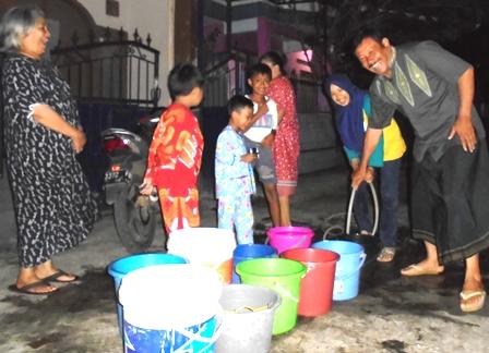 Kian Banyak Penduduk Antri Air Bersih Dari Sumur Pompa.