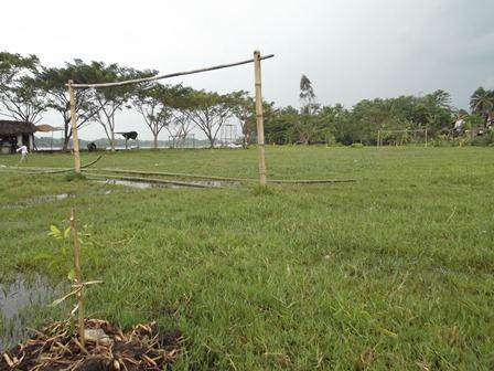 Kondisi Lapangan Sepakbola Pinggiran Situ Bagendit.