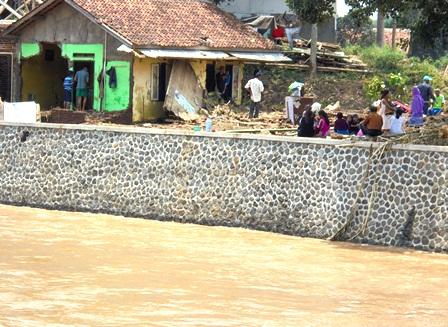 Penduduk Kehilangan Rumah Lantaran Raib Digerus Arus Deras Cimanuk Kerap Meratapi Takdir Dialaminya.