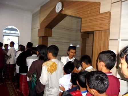 Bersilaturahmi Seusai Shalat Idul Adha 1437/2016.