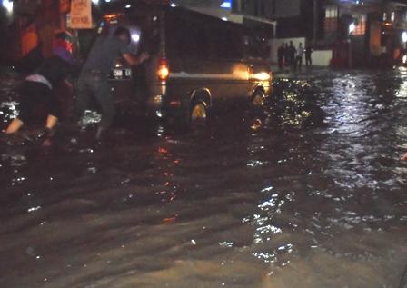 Mogok Terjebak Banjir.