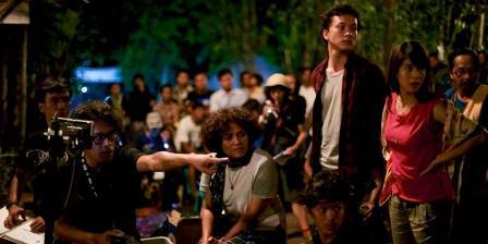 Suasana syuting film AADC2 tampak dari kiri ke kanan: Riri Riza, Mira Lesmana, Nicholas Saputra, dan Dian Sastrowardoyo. (MILES FILMS).