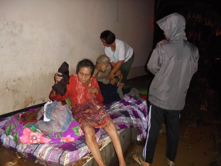 Penghuni Panti Jompo Sementara Terpaksa Dievakuasi Pada Emperan Gedung Panti.