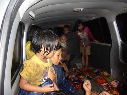 Termasuk Korban Anak-anak Dievakuasi dengan Ambulance.