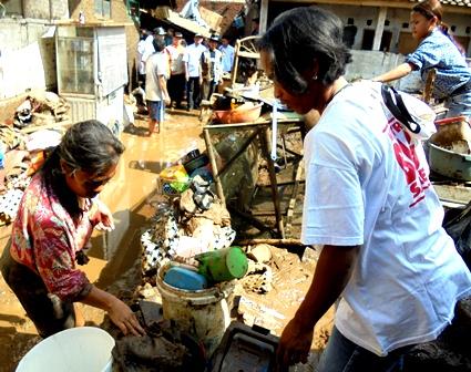 Rombongan Bupati dan Wakil Bupati Saksikan Langsung Korban Banjir Bersihkan dan Benahi Peralatan Rumah Tangga.