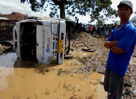 Mobil Terhempas Banjir.