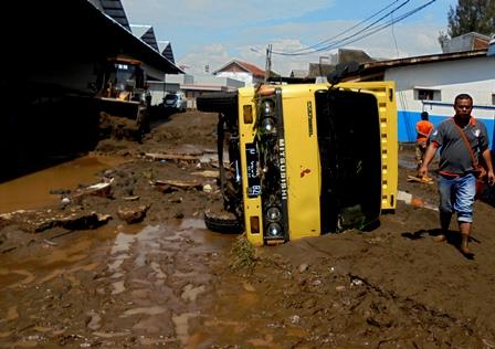 Truk Box Juga Terhempas Terjangan Banjir.
