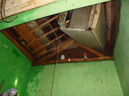 Ketinggian Banjir Memasuki Rumah Penduduk Bisa Mengapungkan Lemari Esa ke Atap Rumah Kemudian Diam Tersangkut Palang Kayu.