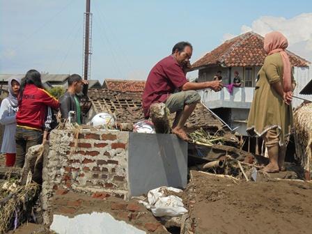 Merenung Pada Seonggok Bangunan Rumah yang Masih Tersisa Lantaran Digerus Luapan Banjir Bandang.